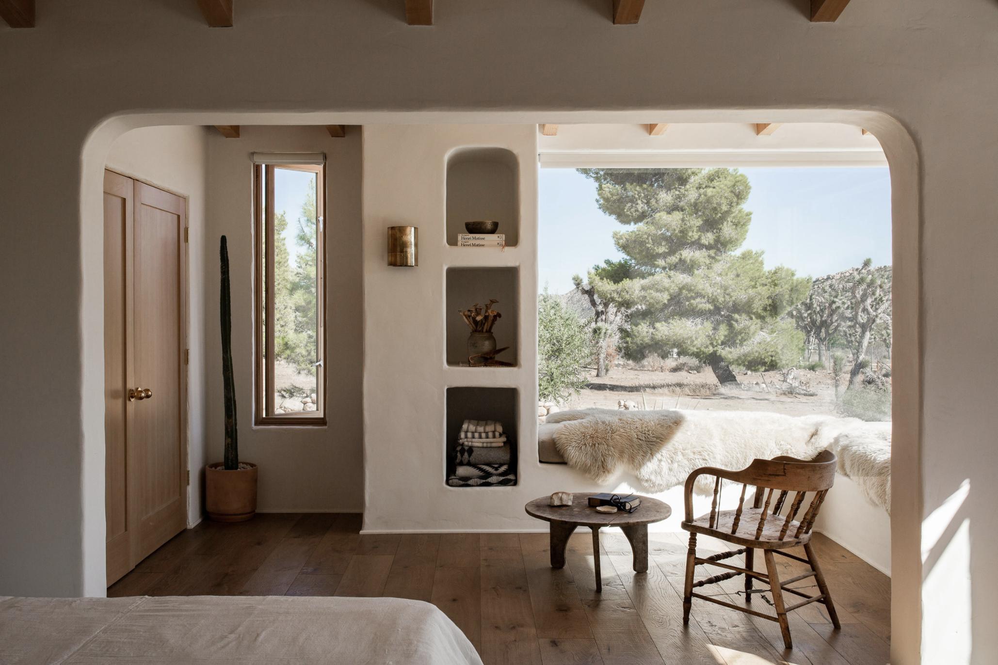 современный глинобитный дом в пустыне с видом на гостиную