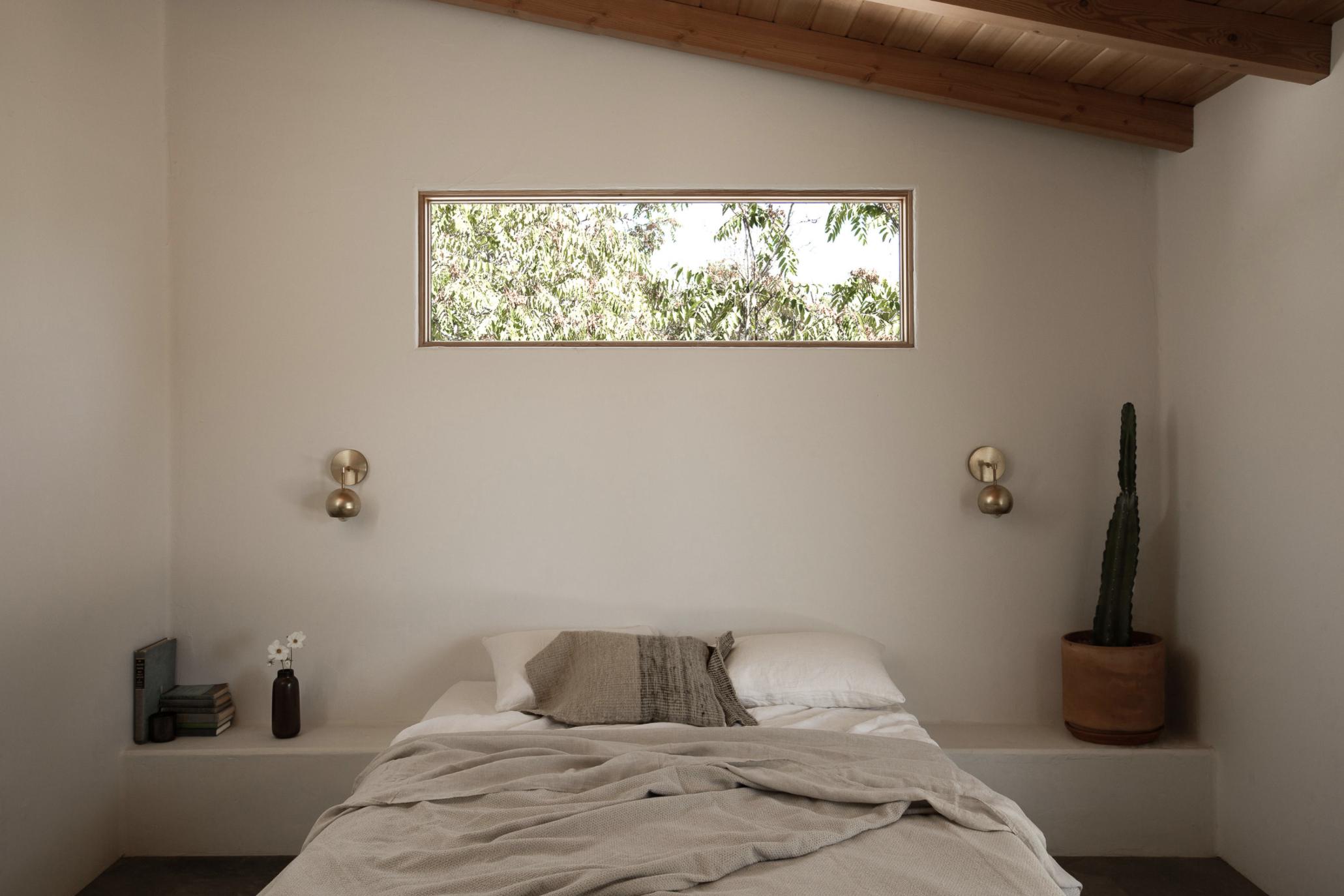 тур по современному глинобитному дому в пустыне минималистичная спальня