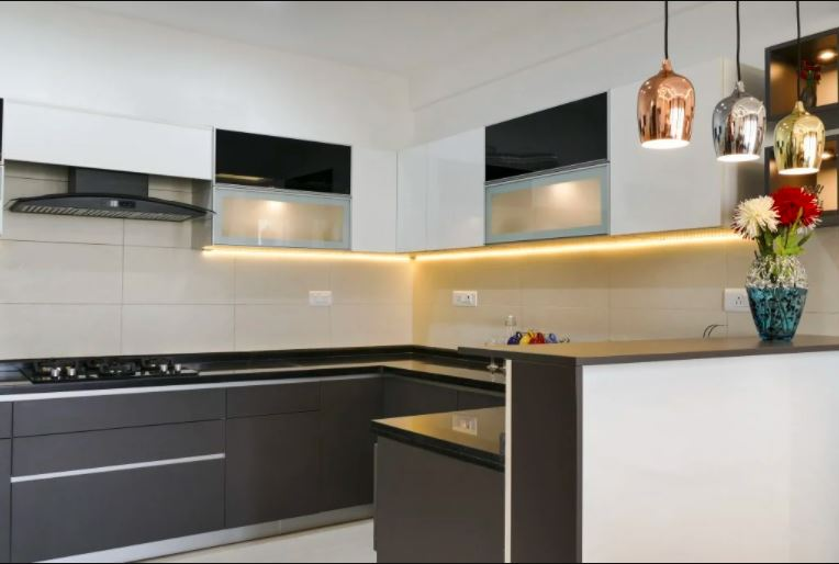 белая и деревянная кухня