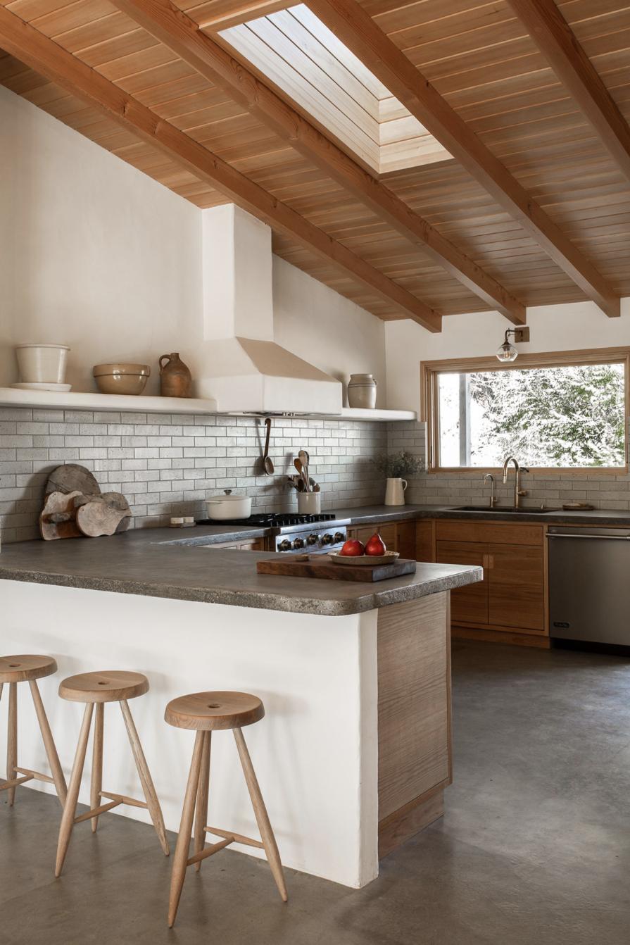 современный глинобитный дом в пустыне, бетонные столешницы и натуральная кухня