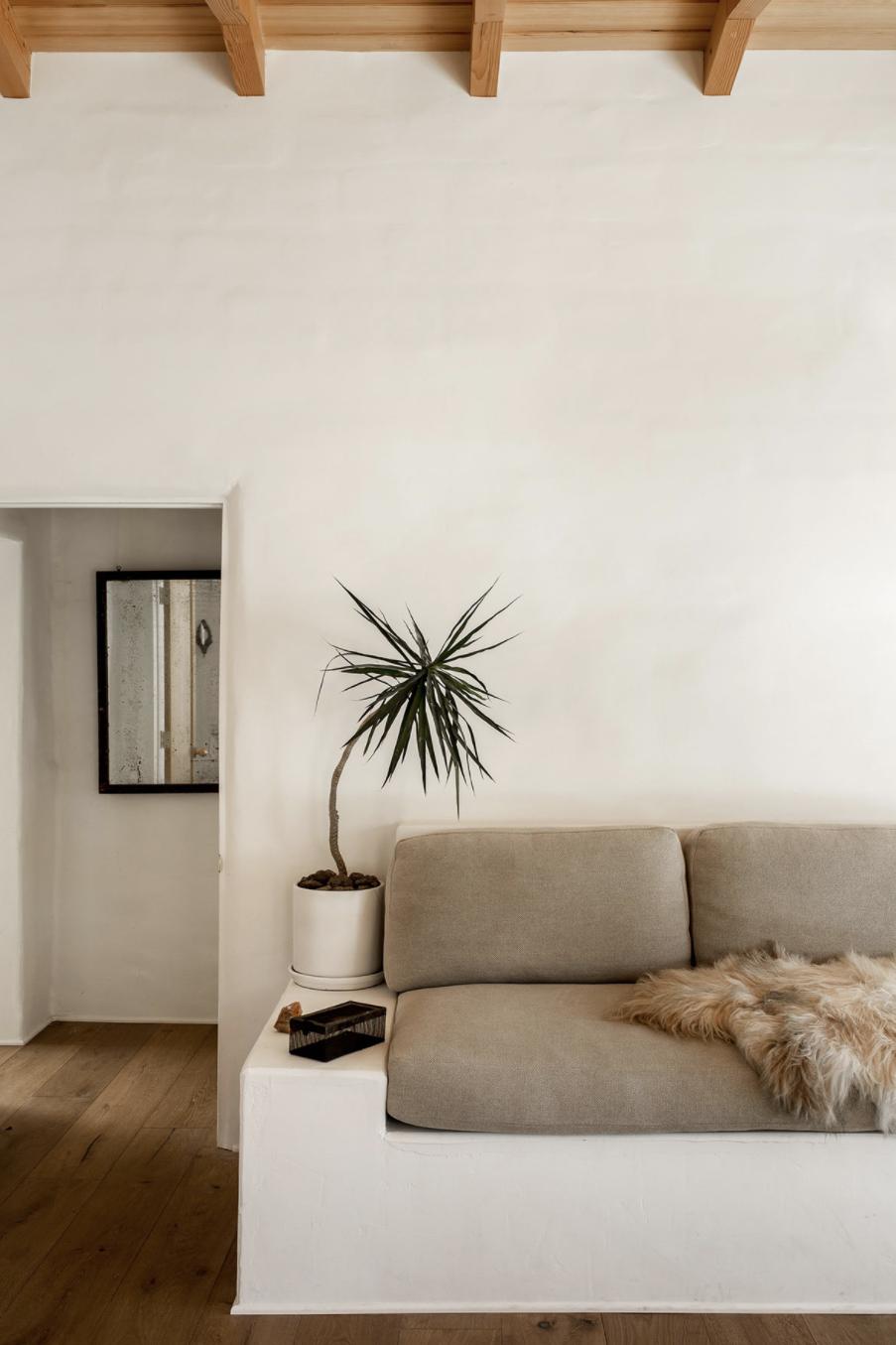 современная Экскурсия по глинобитному дому в пустыне, построенному на диване