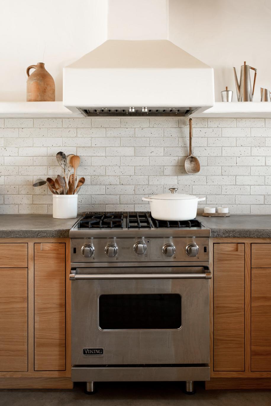 современный глинобитный дом в пустыне, бетонные столешницы и латунная кухня
