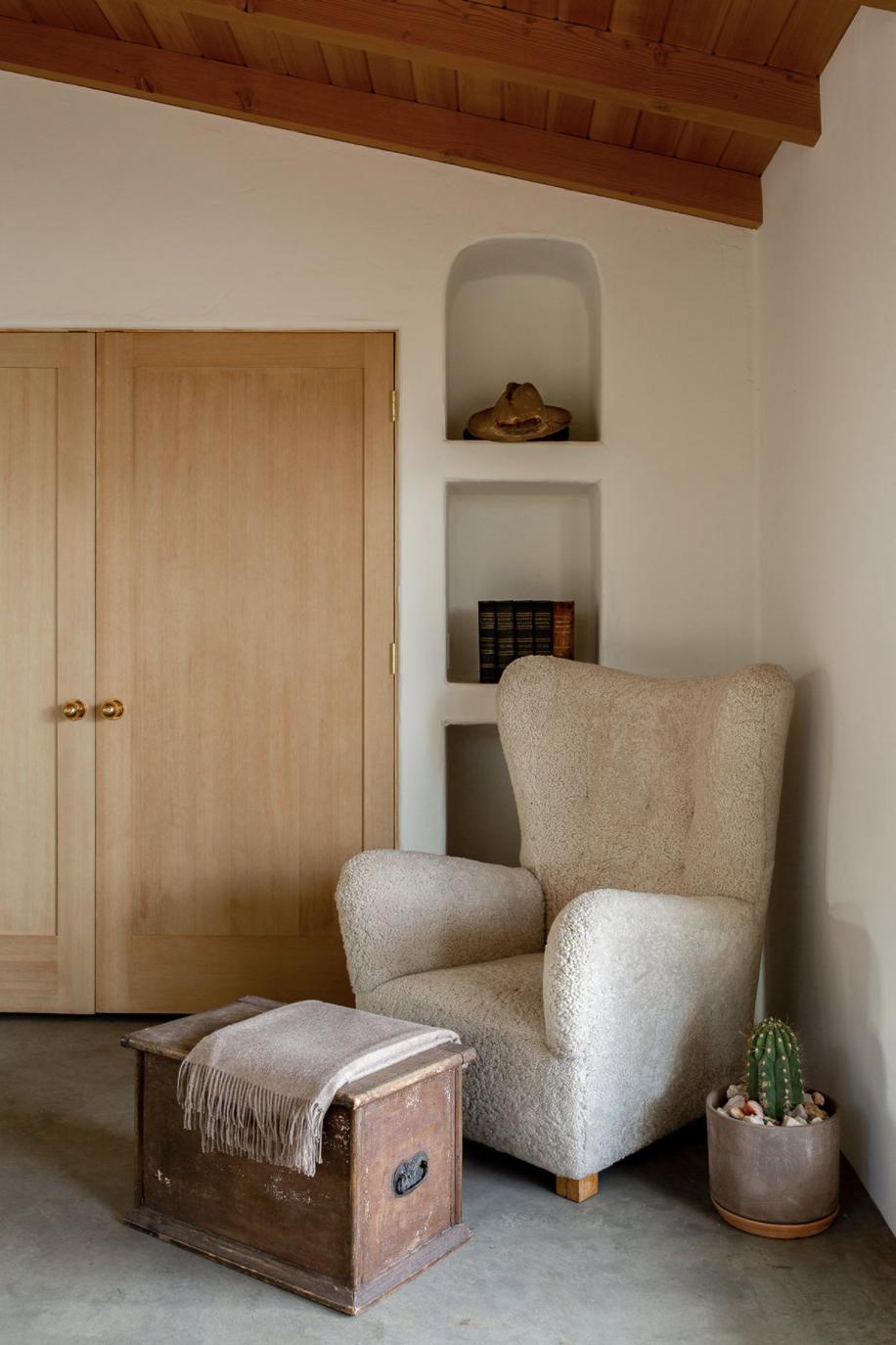 современный глинобитный дом в пустыне уютное угловое кресло из короткой шерсти