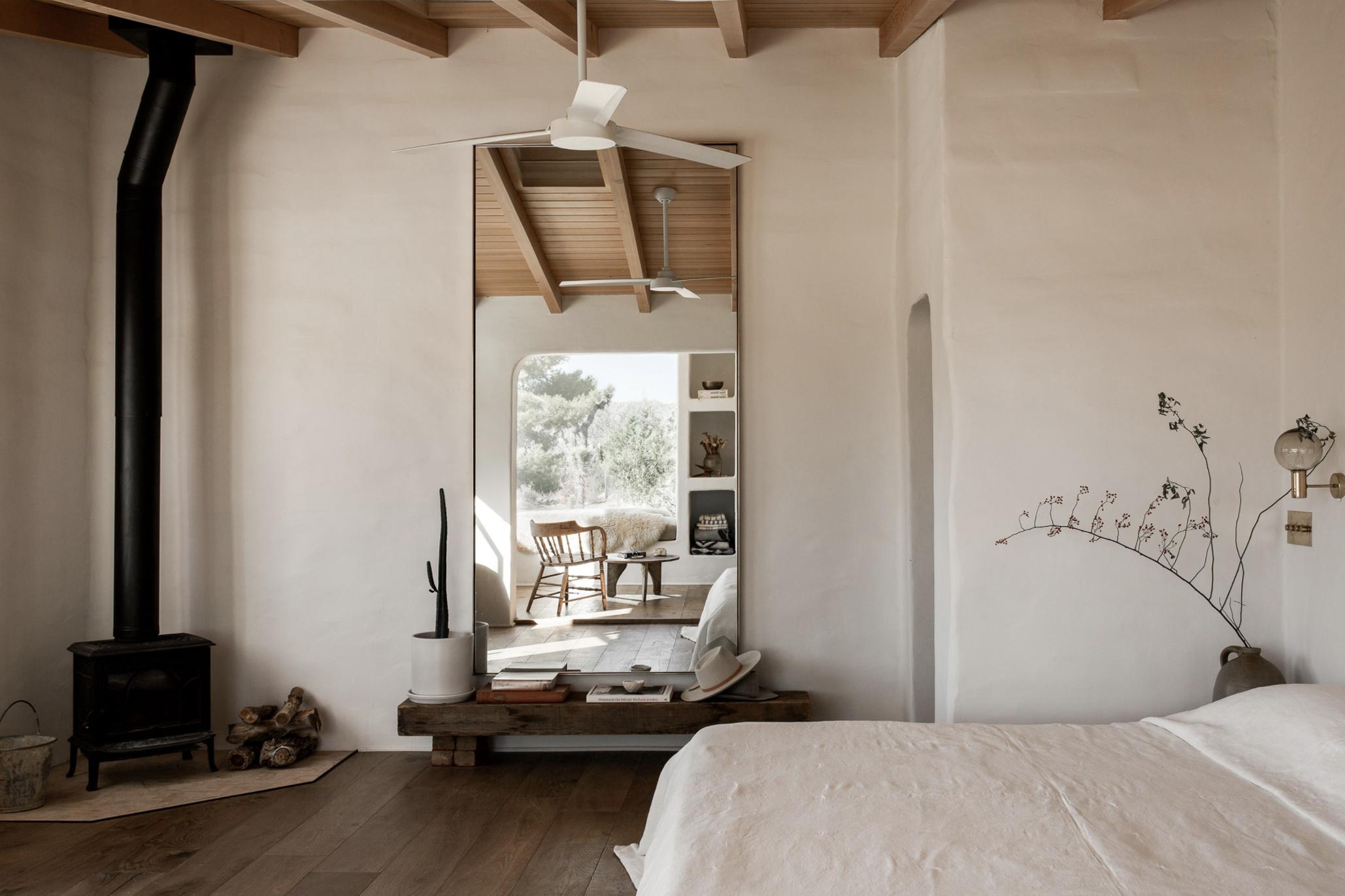 современный глинобитный дом в пустыне тур в минималистском стиле спальня