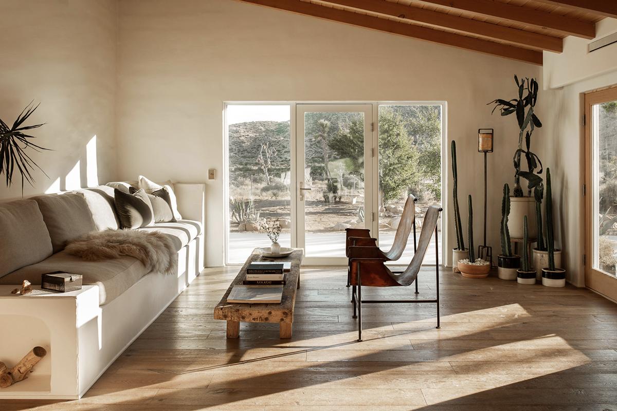 современная гостиная с глинобитным домом в пустыне