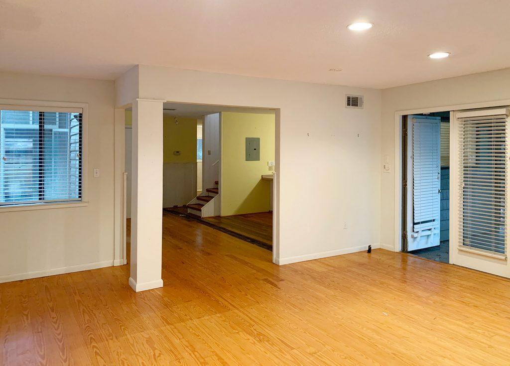 Перед фото спальни с двумя выходами в гостиную и кухню. area