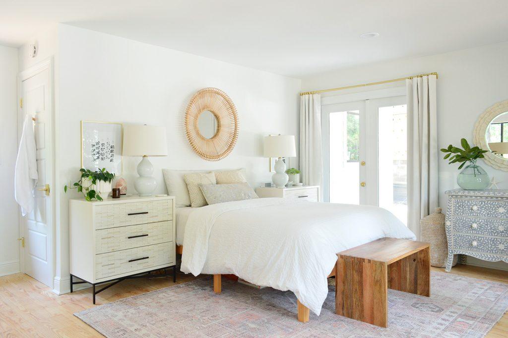 Спальня перед перемещением с кроватью у стены рядом с одинарная французская дверь