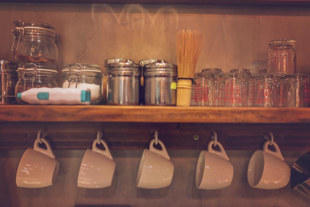 Идеи плавающих полок для кухни