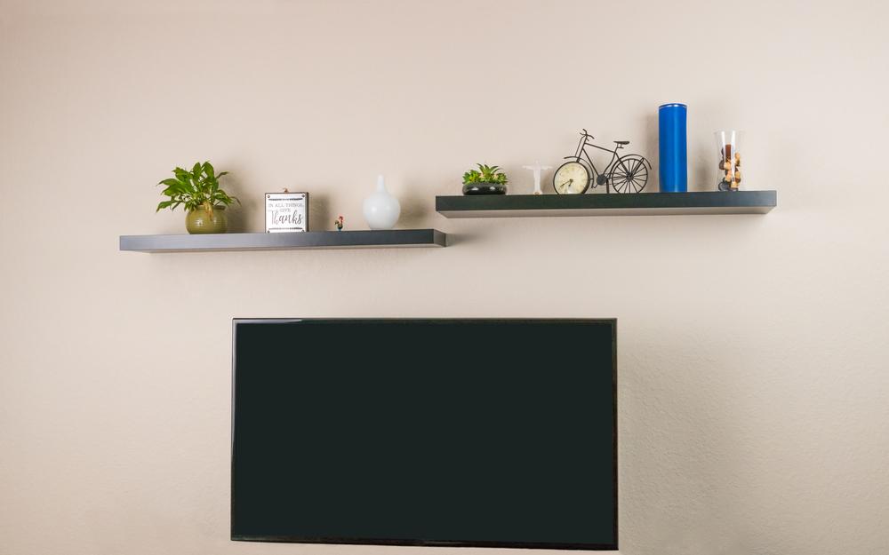 плавающие полки над телевизорами с коллекционными предметами