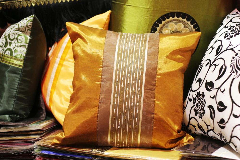 желтая шелковая ткань цвета драгоценных камней