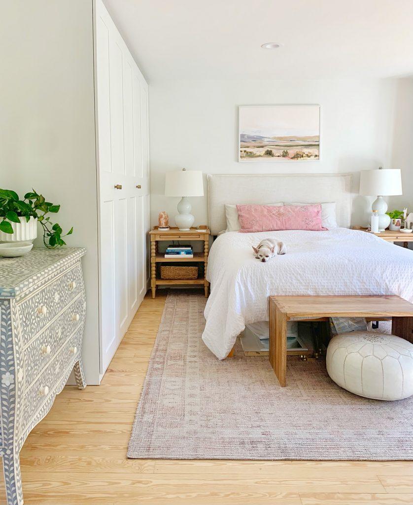 Кровать у стены гардеробы Ikea Pax