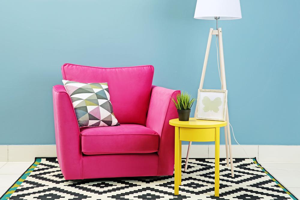 красочный розовый диван и желтый прикроватный столик